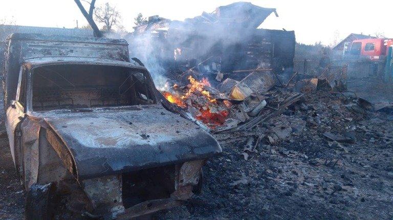 Пожежа на Радомишльщині знищила автомобілі та житлові будинки. ФОТО