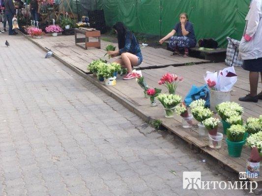 На Житньому ринку в Житомирі почали масово продавати конвалії. ФОТО