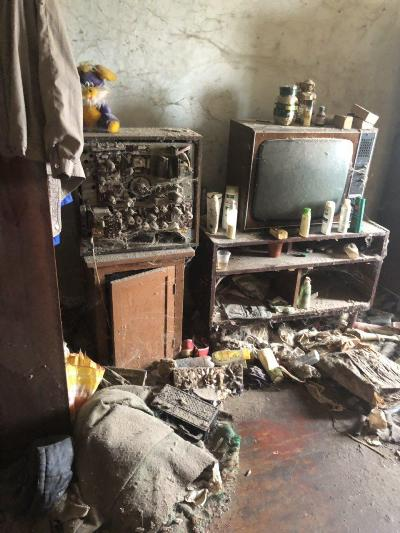 Мусор, вонь, тараканы. Одинокая пенсионерка превратила квартиру в помойку. ФОТО