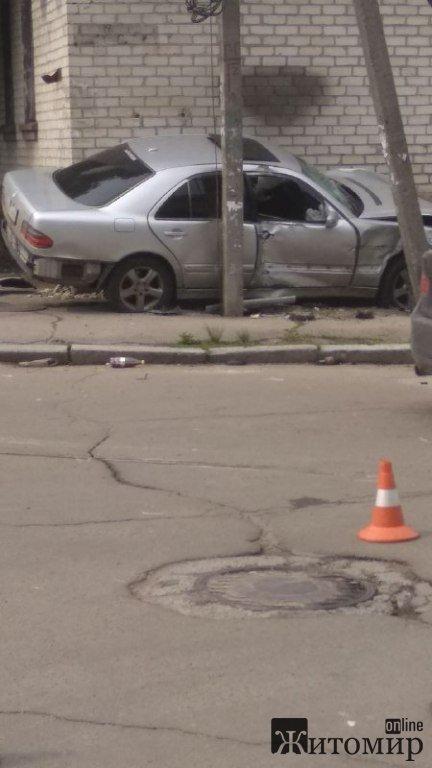 Під час ДТП у Житомирі автівка врізалась у будинок. ФОТО