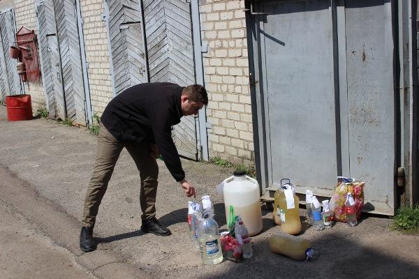 У Бердичеві злили в каналізацію майже 50 літрів самогону. ФОТО. ВІДЕО