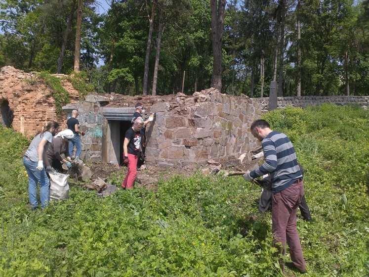 Небайдужі житомиряни прибрали склеп родини баронів де Шодуар. ФОТО