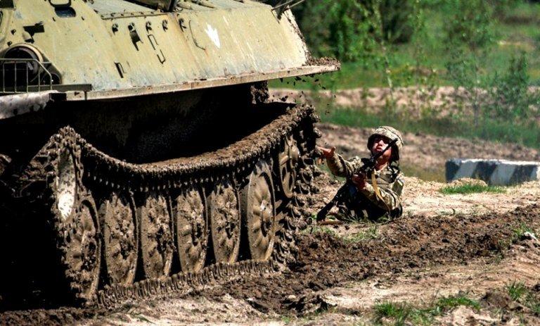 Строковики ДШВ під Житомиром пройшли обкатку бронетехнікою та вогневу штурмову смугу перешкод