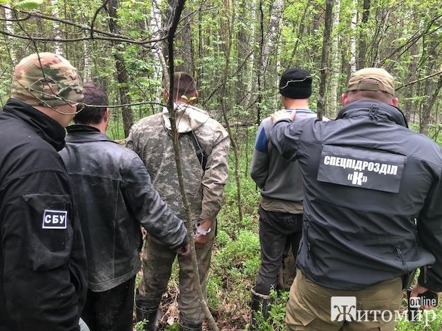 На Олевщині СБУ припинила діяльність угруповання з незаконного видобутку і збуту бурштину. ФОТО