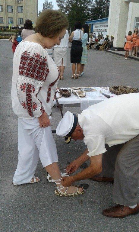 І таке умільці вміють: В Романові відбувся майстер-клас з плетіння постолів з лози. ФОТО