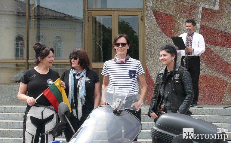 До Житомира завітали учасниці Всесвітньої мотоциклетної жіночої естафети. ФОТО