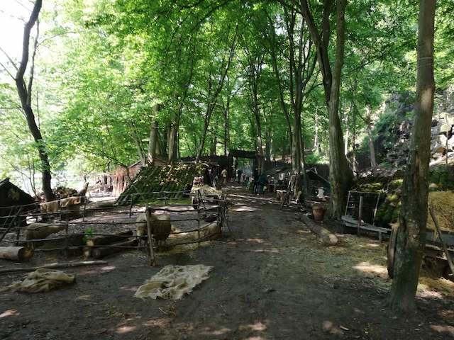 """Житомиряни хочуть, щоб декорації після зйомок серіалу """"Слов'яни"""" у Денишах лишилися. ФОТО"""