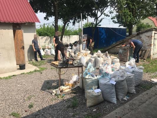Під процесуальним керівництвом прокуратури Житомирщини з нелегального цеху вилучено майже 2 тонни бурштину