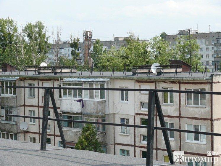 Керівниця ОСББ в Житомирі показала, як виглядає дах під час капітального ремонту. ФОТО
