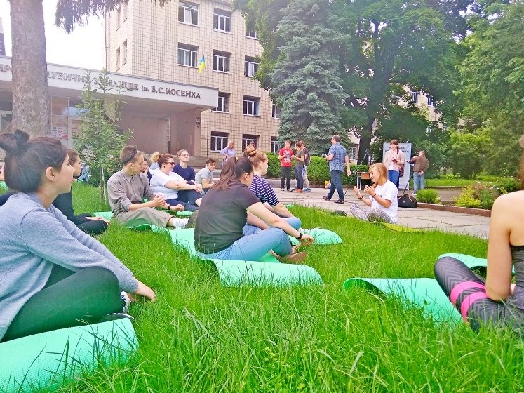 У Всесвітній день без тютюну житомиряни доєдналися до масового заняття з йоги