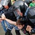 """""""Не уявляв, що таке побачу в Україні"""". Поліція затримала хлопця і дівчину через те, що вони вийшли з плакатами за імпічмент Зеленському"""