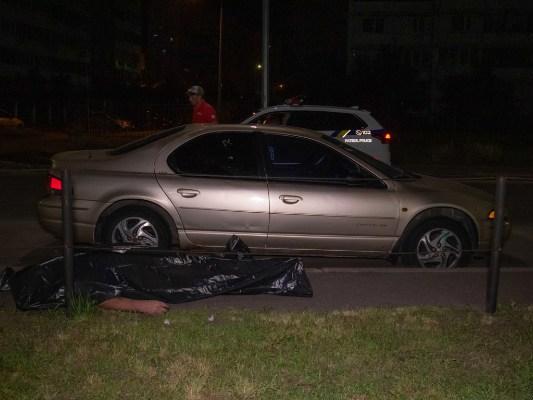 «Меня убивают»: В Киеве на улице мужчина молил о помощи, разбил несколько авто и умер (ФОТО, ВИДЕО)