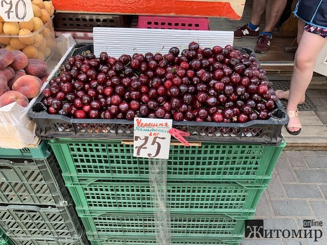 На Житньому ринку у Житомирі продають мелітопольські черешні. ФОТО