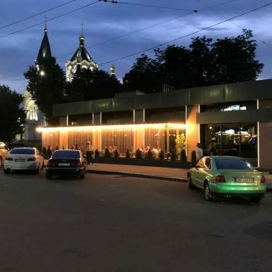 """Ресторан """"SOM"""", що на майдані Перемоги, закривається"""