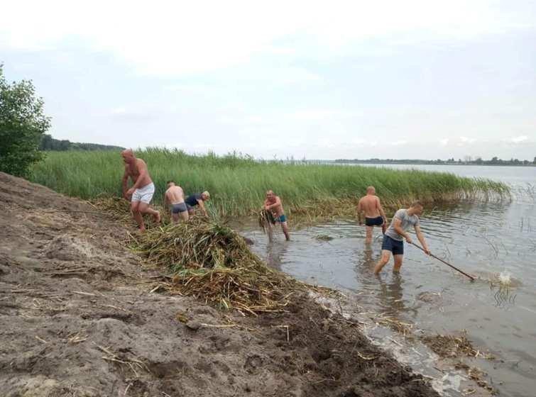 У Новій Боровій місцеві мешканці своїми силами розчистили пляж. ФОТО