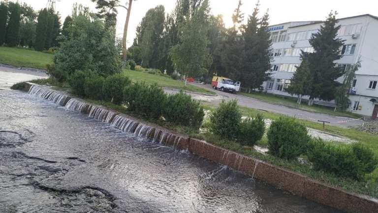 """В Житомирі з'явився новий """"фонтан"""" біля водоканалу. ФОТО"""