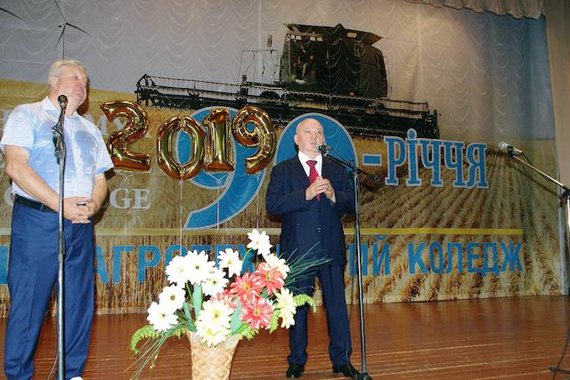 У Житомирі доктор юридичних наук Віктор Развадовський вручив дипломи випускникам агротехнічного коледжу