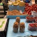 На Житньому ринку у Житомирі з'явилися перші лисички. ФОТО