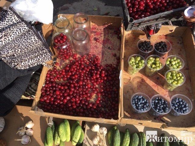 У Житомирі на Житньому ринку з'явилися перші цьогорічні вишні. ФОТО