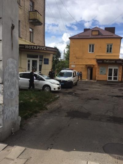 В Житомирі на улиці Київській вибили скло в автомобілі. ФОТО