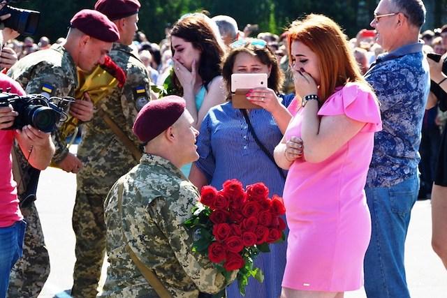 У Житомирі під час урочистої присяги п'ятеро десантників-строковиків освідчились своїм коханим. ВІДЕО