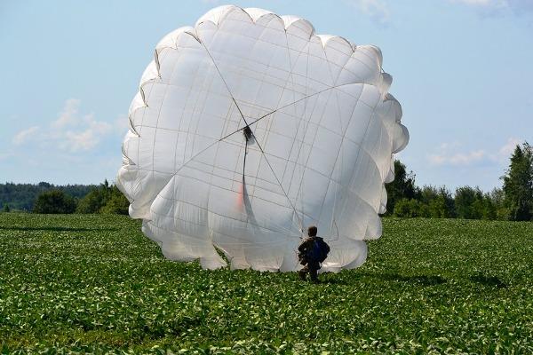 Під Житомиром десантники здійснили перші стрибки з парашутом
