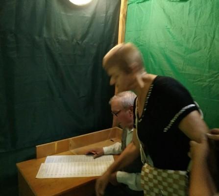 На Житомирщині через нестачу кабінок люди голосували по двоє в одні кабінці. ФОТО