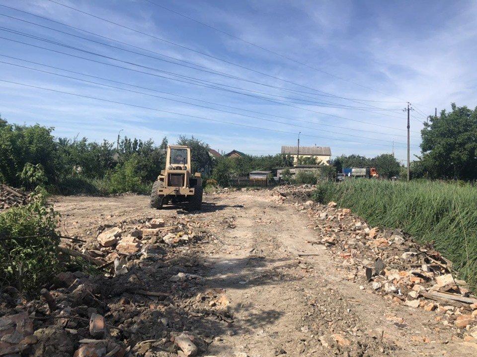 В районі Крошні невідомі біля річки вантажівкою висипали будівельне сміття