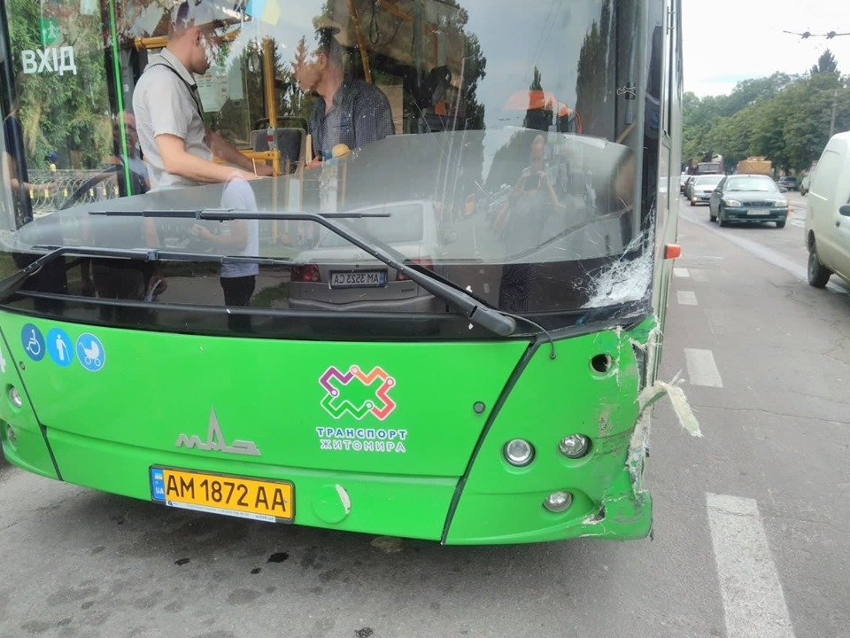 У Житомирі на Покровській автівка зіштовхнулася з маршруткою № 53