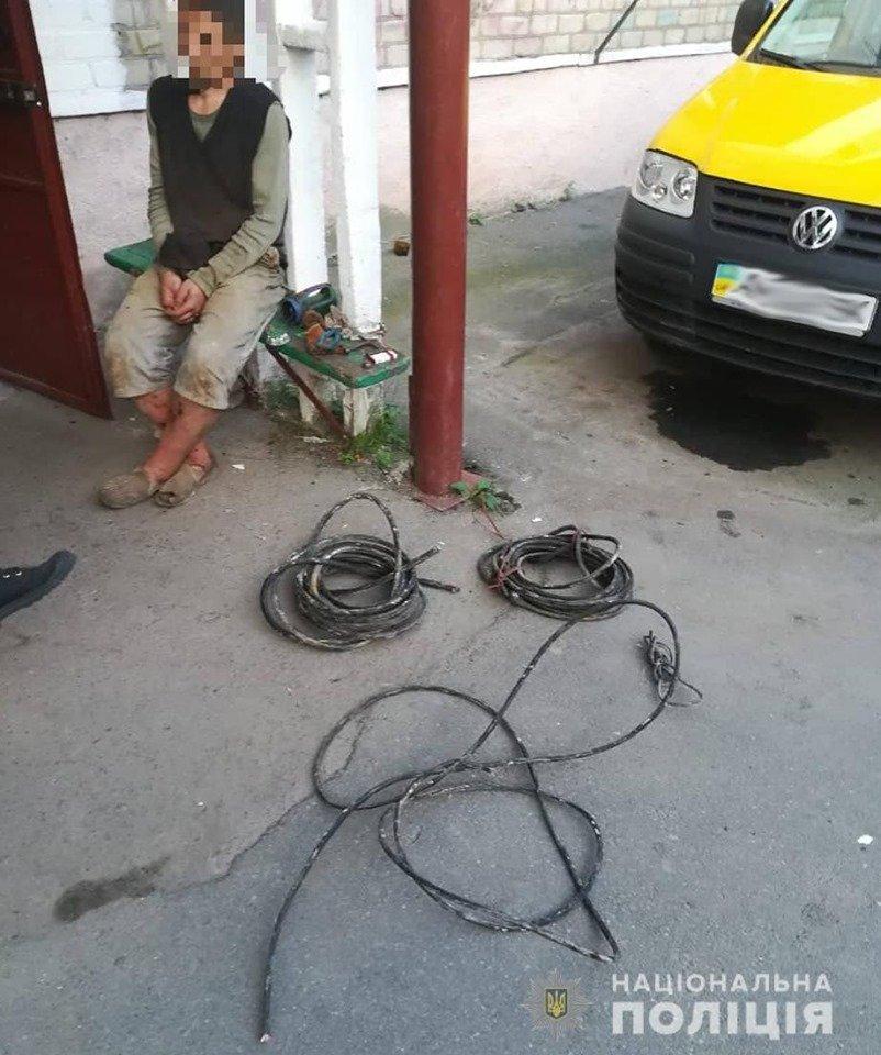 Поліцейські Управління поліції охорони Житомирщини затримали на «гарячому» крадія кабелю зв'язку