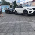 Два елітні авто заблокували рух на пішохідній вулиці Михайлівській. ФОТО