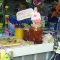 На Житньому ринку у Житомирі продають мед з квіток по яких ходив Олег Винник. ФОТО