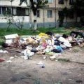 В Бердичеві недобросовісні мешканці викидають своє сміття з вікон