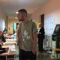 Порвав бюлетень та вкинув його у скриньку: як голосують на виборчій дільниці у Житомирі