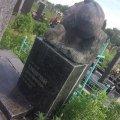 В Бердичеве на центральном кладбище разрушается надгробие известного скульптора, который подарил городу памятник Тарасу Шевченко. ФОТО