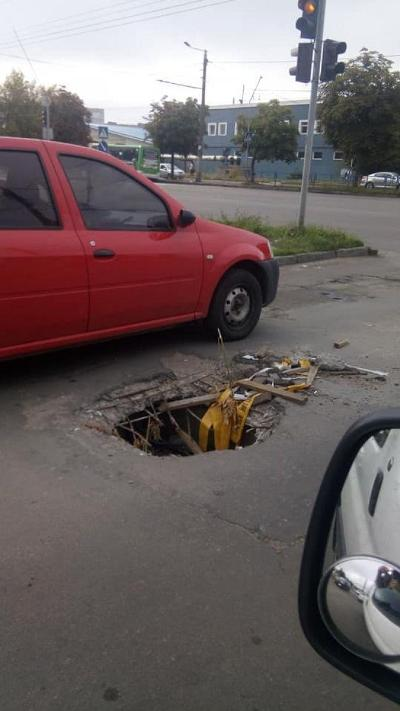 """Біля """"ЕКО маркету"""" у Житомирі на проспекті Незалежності півроку немає люка"""