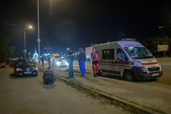 В Киеве парень с перерезанным горлом останавливал машины и умер до приезда скорой помощи (ФОТО)