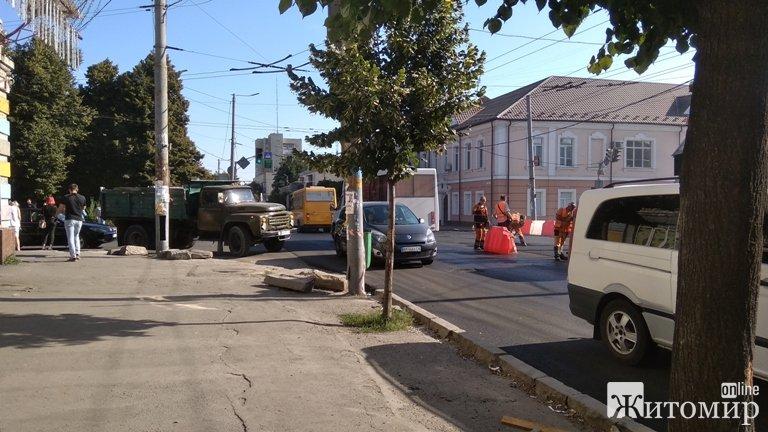 Хаос на перехресті Перемоги та Грушевського в Житомирі. ФОТО