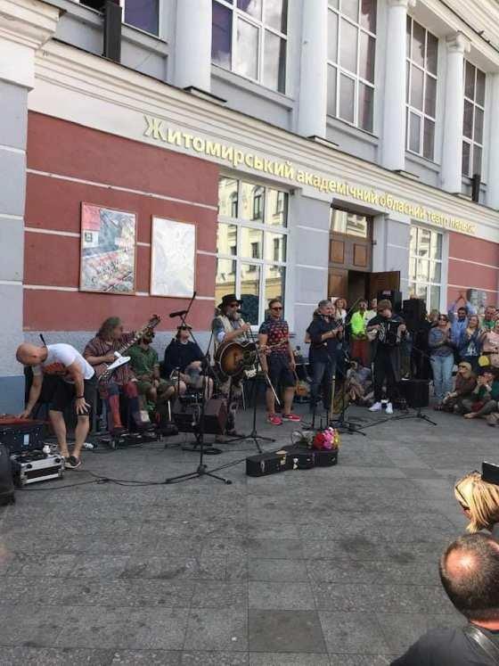 Сьогодні на Михайлівській житомиряни слухали наживо легендарного Бориса Гребенщикова