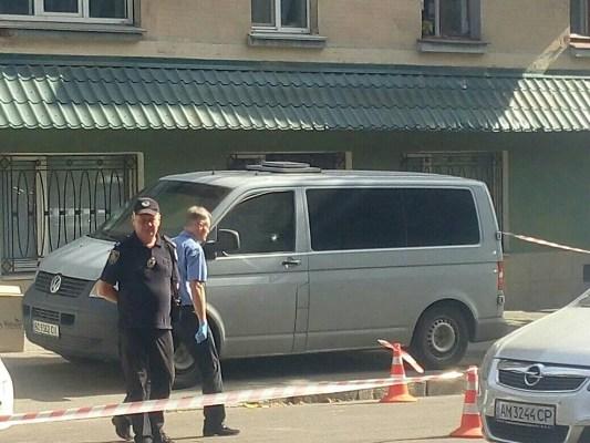 В Житомирі на вулиці Великій Бердичівській невідомі обстріляли інкасаторську автівку. ФОТО