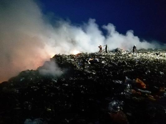 Пекло поряд: рятувальники поділилися подробицями пожежі на Бердичівському сміттєзвалищі. ФОТО