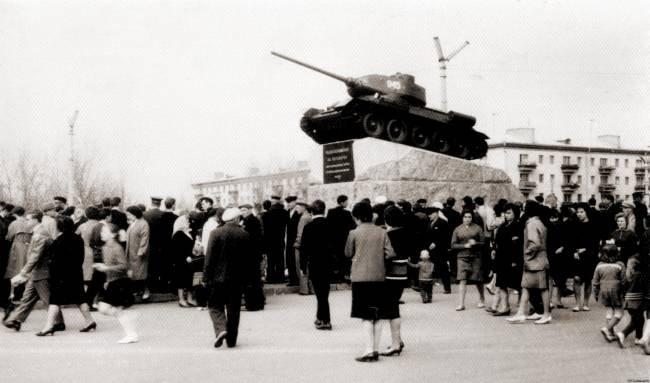 """Открытие памятного знака """"Танк Т-34"""" в Житомире 1965 года"""