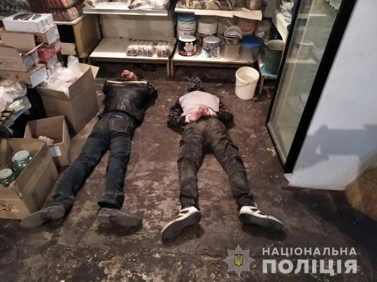 У Новоград-Волинському поліцейські охорони затримали у магазині нічних «відвідувачів»