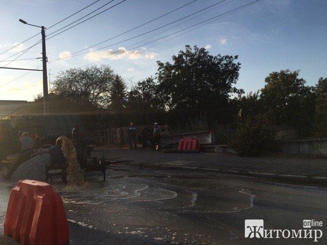 У Житомирі на вулиці Леха Качинського прорвало водогін. ФОТО