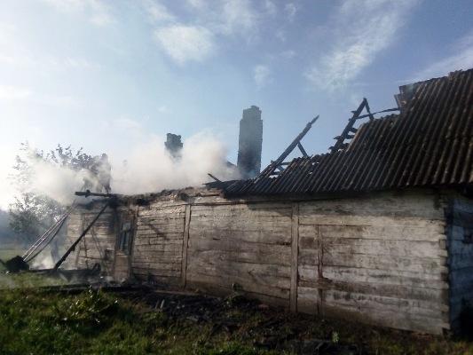 В Ємільчинському районі вогонь з господарчої будівлі поширилась на житловий будинок