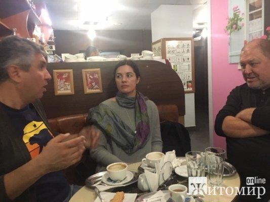 Зараз Вахтанг Кіпіані п'є каву у культовій житомирській кав'ярні. ФОТО