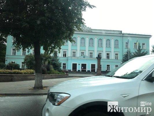 Поліція біля університету ім.Івана Франка у Житомирі. ФОТО