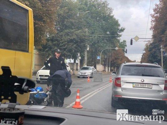 """ДТП на вулиці Покровській у Житомирі: мотоцикл """"наздогнав"""" маршрутку. ФОТО"""
