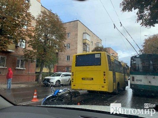 ДТП на вулиці Покровській у Житомирі: мотоцикл
