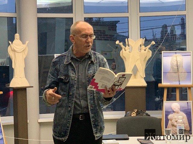 Аншлаг, самоіронія та щира поезія. У Житомирі читав свої нові та старі вірші Олександр Ірванець. ФОТО. ВІДЕО